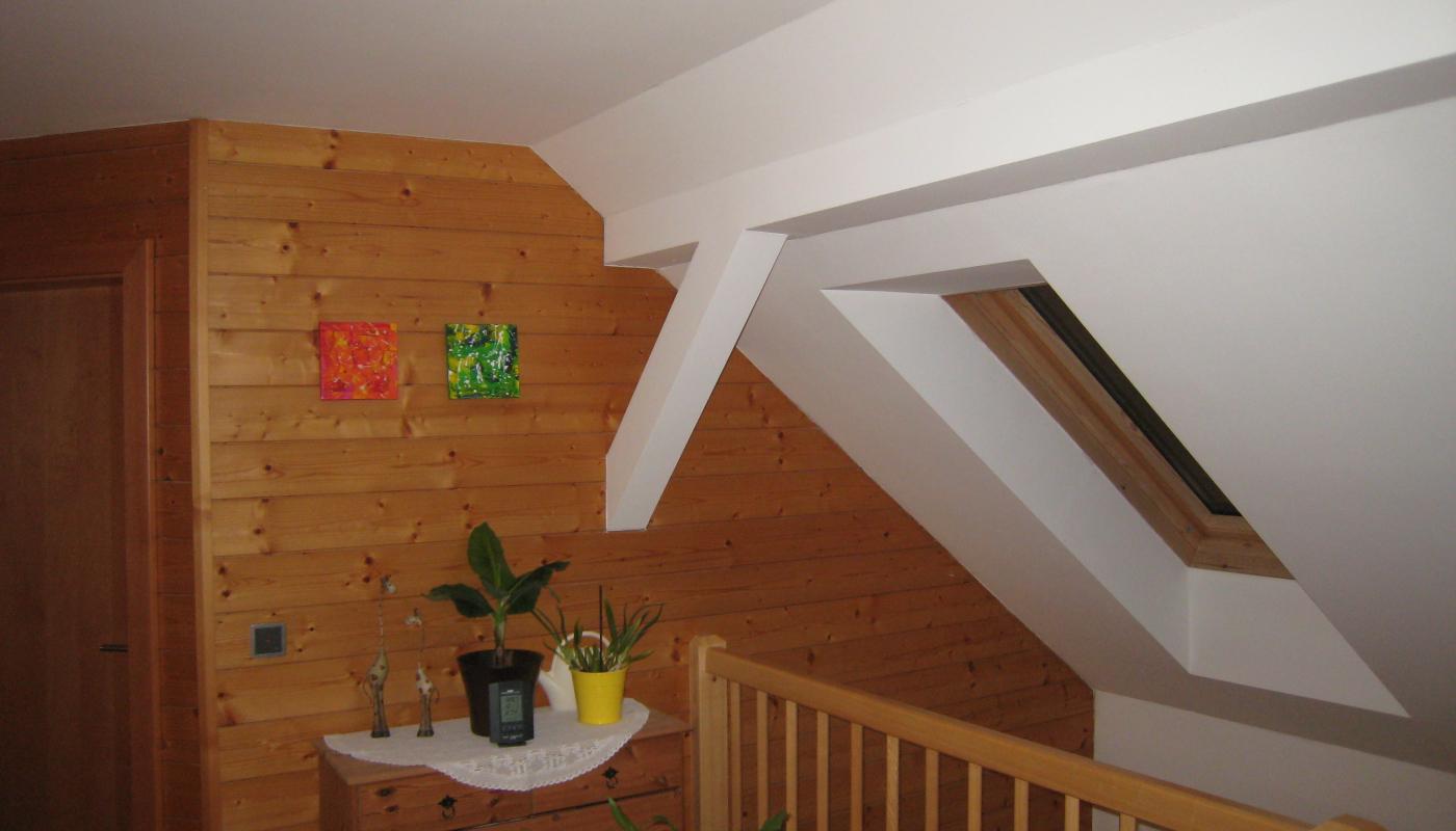 Dachschräge mit Rigipsverkleidung - Wand mit geölter Fichtenfasenschalung