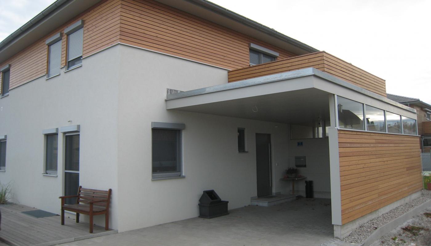 Carport mit Lärchen-Rhombus-Schalung und Verglasung