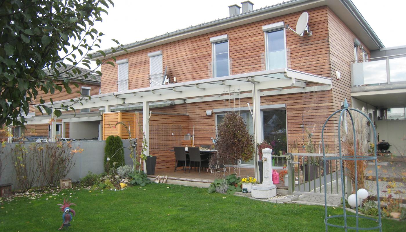 Doppelwohnhaus in Holzriegelbauweise mit Lärchen-Rhombus-Fassade
